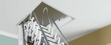 Escadas retráteis de pantógrafo para o sótão